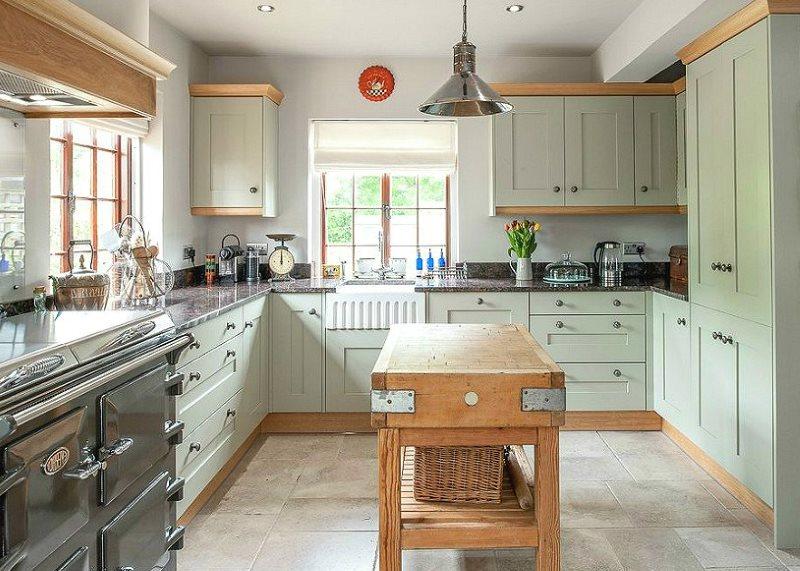 П-образная планировка кухни с мебелью мятного цвета