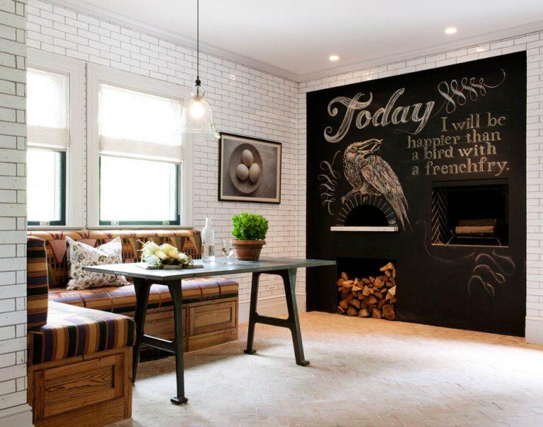 Столовая зона кухни с диваном на деревянном каркасе