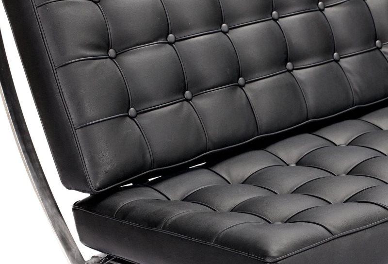 Черная обивка прямого дивана из экокожи
