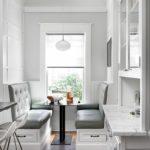Серая обивка мягкой мебели на кухне