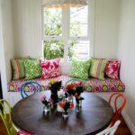 Яркие подушки на кухонном диванчике