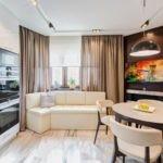 Дизайн современной кухни с диваном у окна