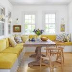 Желтый диван в белой кухне