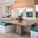 Массивный стол в обеденной зоне кухни