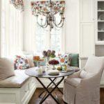 Белый чехол на кухонном кресле