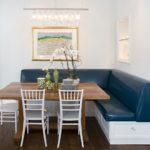 Темно-синяя обивка кухонного диванчика