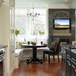 Черная и белая мебель в интерьере кухни