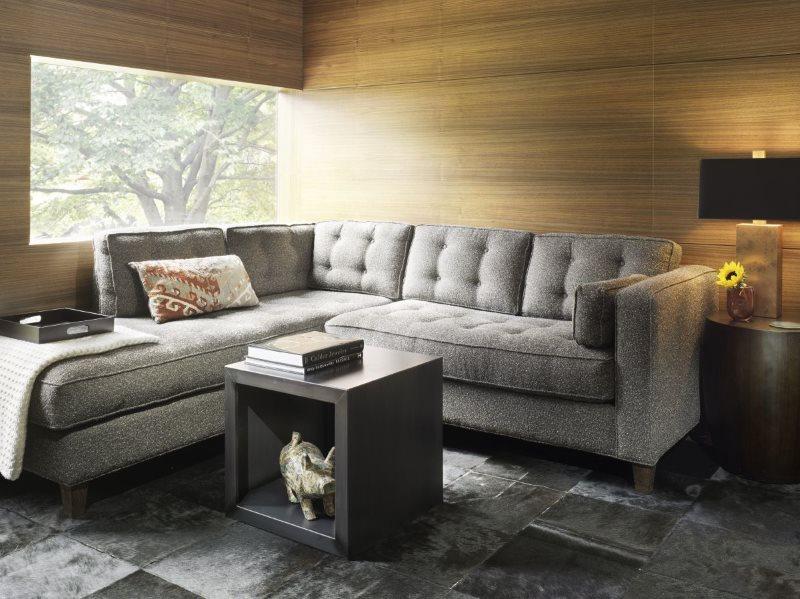 Серый диван равностороннего типа в кухне-гостиной