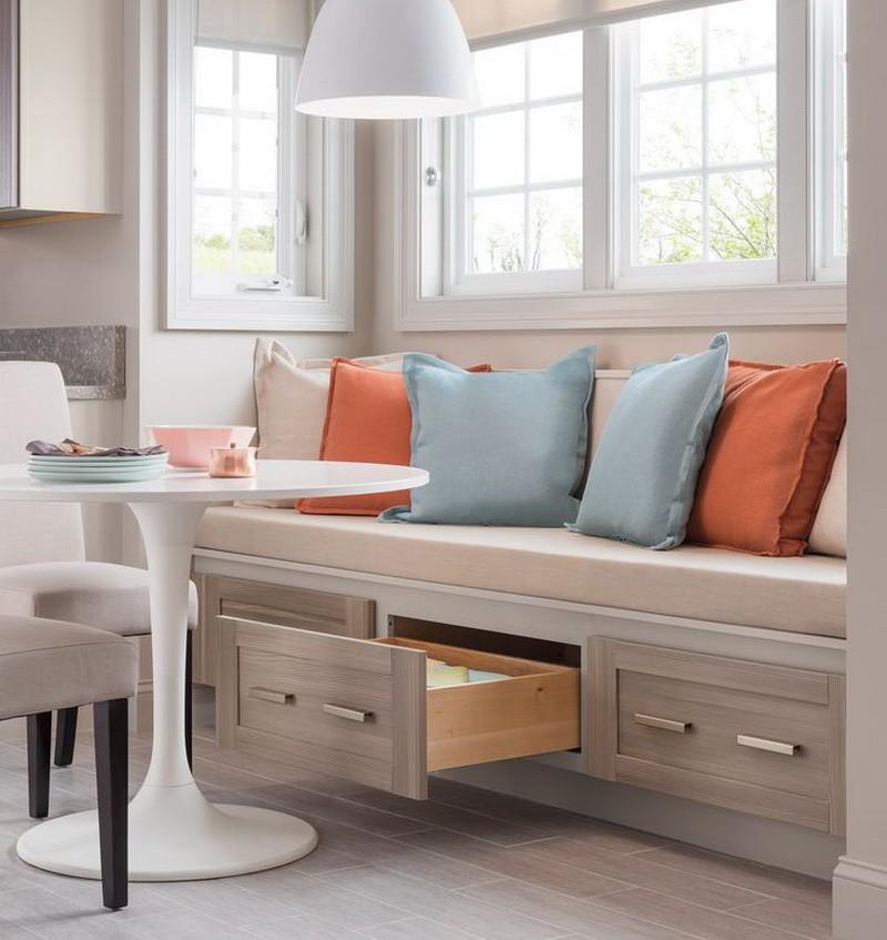 Разноцветные подушки на кухонном диване с ящиками