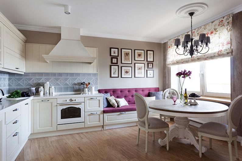 Фиолетовый диванчик у стены кухни-столовой