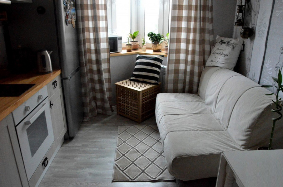 Прямой диван без подлокотников в маленькой кухне