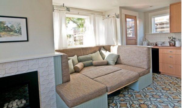 Раскладной мягкий диван на кухне