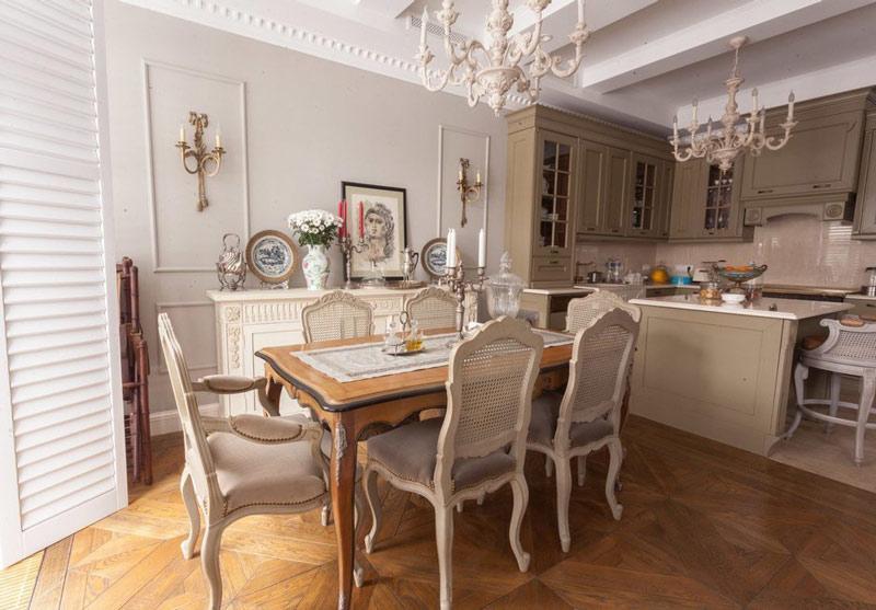 Две люстры на потолке кухни-гостиной в городской квартире