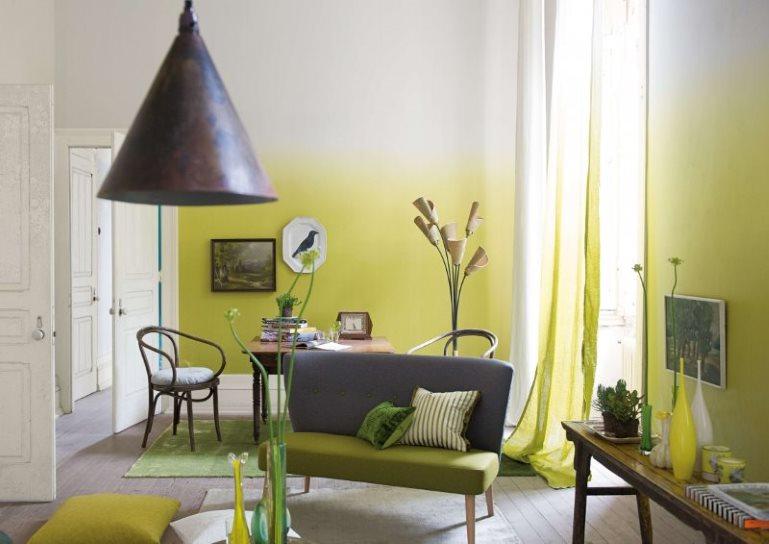 Интерьер гостиной с эффектом омбре на стенах