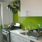 Фартук цвета лайм для белой кухни - яркий акцент