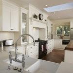 Светло-бежевая кухня в частном доме