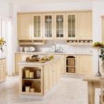 Дизайн кухни-столовой с бежевой мебелью