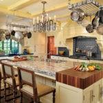 Металлическая вешалка для посуды на потолке кухни
