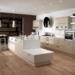 Ламинированный пол в просторной кухне