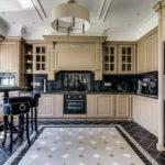 Сочетание черного цвета с бежевым в интерьере кухни