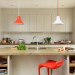 Акценты красного цвета в бежевой кухне