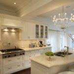 Люстра со свечами над кухонным островом