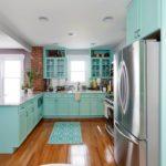 Бирюзовый коврик на полу кухни