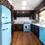 Черная кухня с бирюзовым холодильником