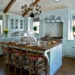 Массивный кухонный остров с деревянной столешницей