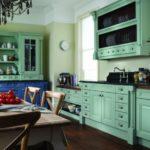 Темный пол кухни с бирюзовой мебелью