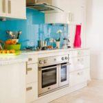Белая кухня с фартуком голубого цвета