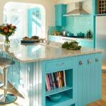 Букет с живыми цветами на кухонном острове