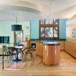 Деревянный пол в большой кухне-столовой