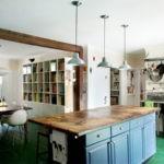 Кухня с выделенной зоной для семейных обедов