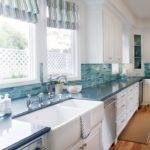 Римские шторы на кухонных окнах