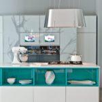 Бирюзовые полки в белой мебели