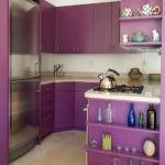 Фиолетовые полочки в торце кухонного гарнитура
