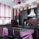 Фиолетовая скатерть на кухонном столе