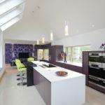 Дизайн светлой кухни в загородном доме