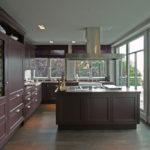 Просторная кухня с большими окнами