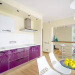 Фиолетовые тумбы с белой столешницей