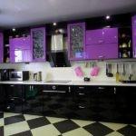Черно-фиолетовый гарнитур линейной планировки