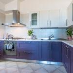 Угловая кухня с фиолетовыми тумбами
