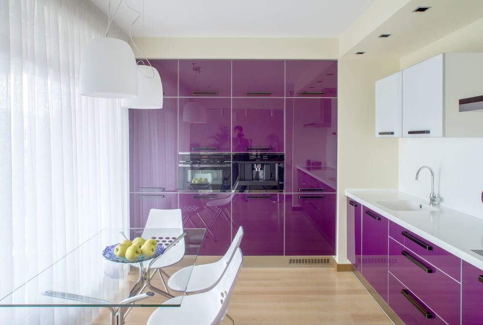 горы, выжженные кухни фиолетового цвета с белым фото создание