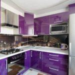 Холодильник из нержавейки в угловой кухне