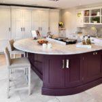 Современная кухня с фиолетовым островом