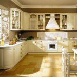 Каменная плитка на полу просторной кухни