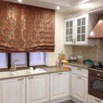 Римская штора над кухонной мойкой