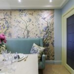 Обои с цветами на стене кухни