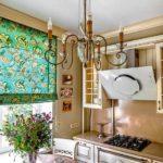 Люстра с канделябрами на потолке современной кухни